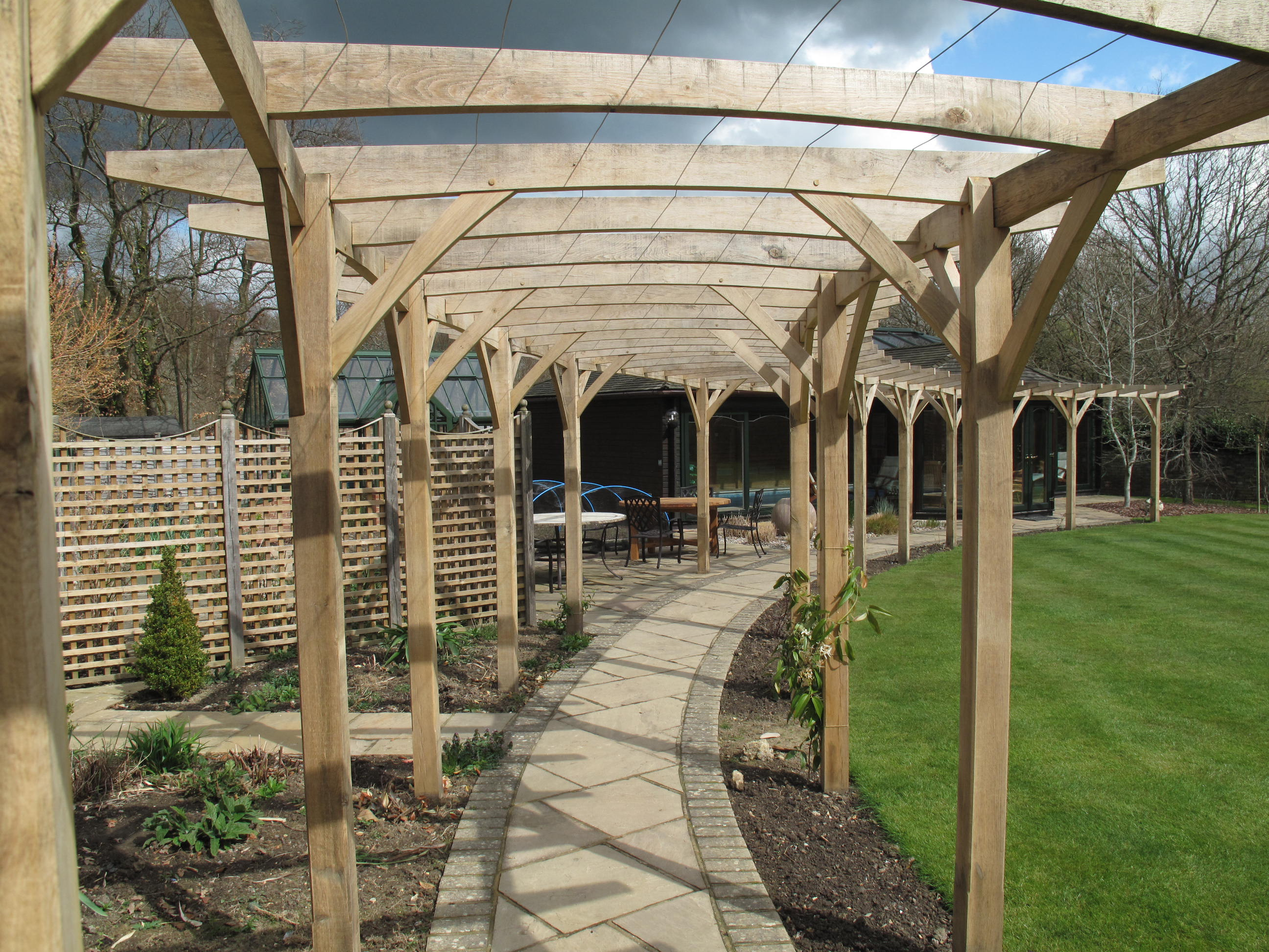 Traditional oak pergola with curved beams - more photos | Oxford Oak blog